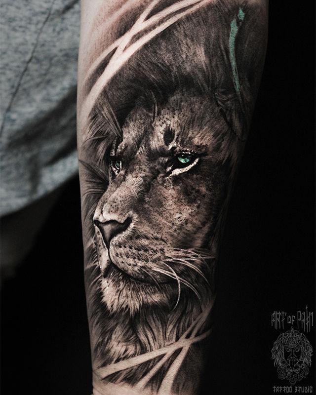 Татуировка мужская реализм на предплечье лев с зелеными глазами – Мастер тату: Слава Tech Lunatic