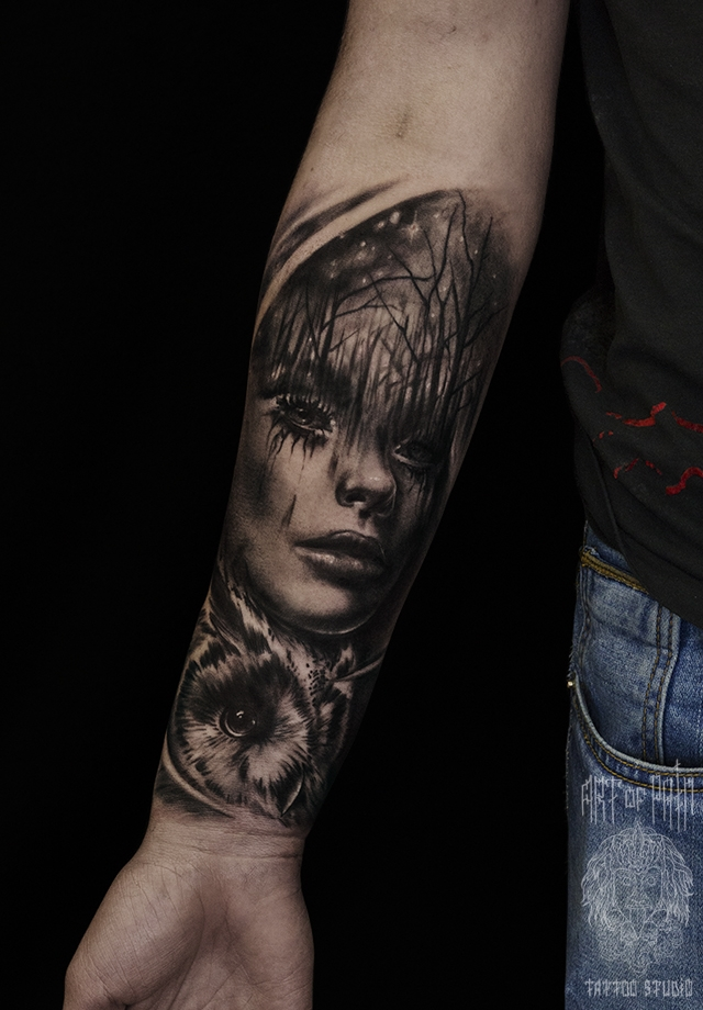 Татуировка мужская реализм на предплечье девушка и сова – Мастер тату: Слава Tech Lunatic