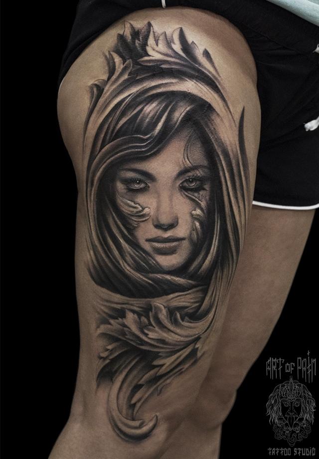 Татуировка мужская black&grey на бедре дева и вензель – Мастер тату: Слава Tech Lunatic