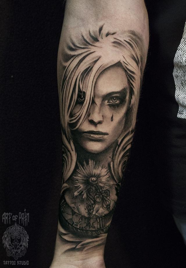 Татуировка мужская black&grey на предплечье плачущая женщина и часы – Мастер тату: Слава Tech Lunatic