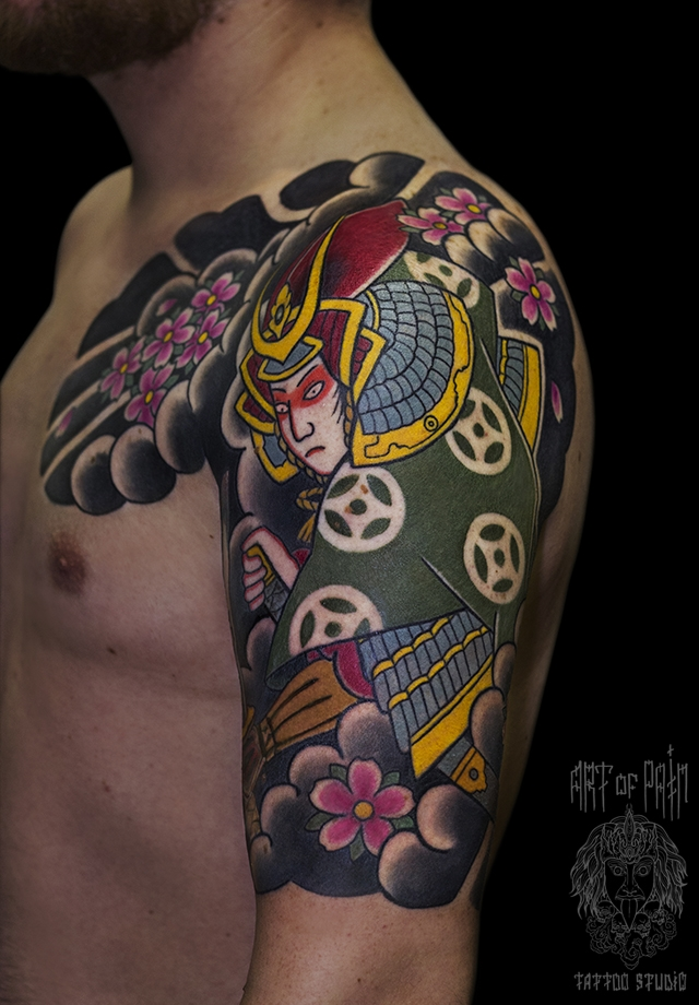 Татуировка мужская Япония на плече самурай и цветы – Мастер тату: Ольга Добрякова