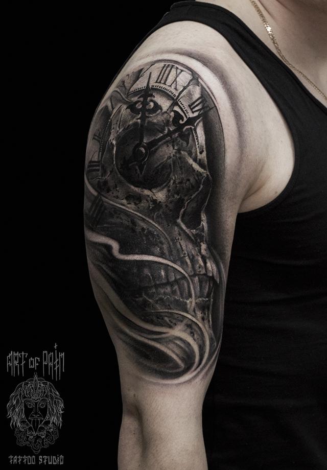 Татуировка мужская хоррор на плече череп и часы – Мастер тату: Слава Tech Lunatic