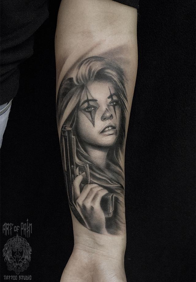 Татуировка мужская чикано на предплечье девушка с пистолетом в руках – Мастер тату: Слава Tech Lunatic