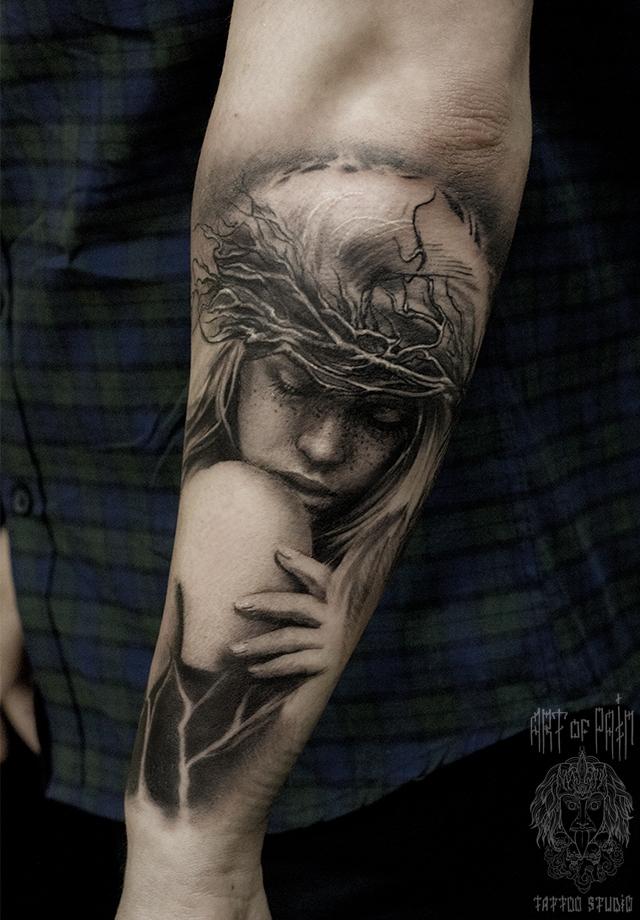 Татуировка мужская black&grey на предплечье девушка в терновом венце – Мастер тату: Слава Tech Lunatic