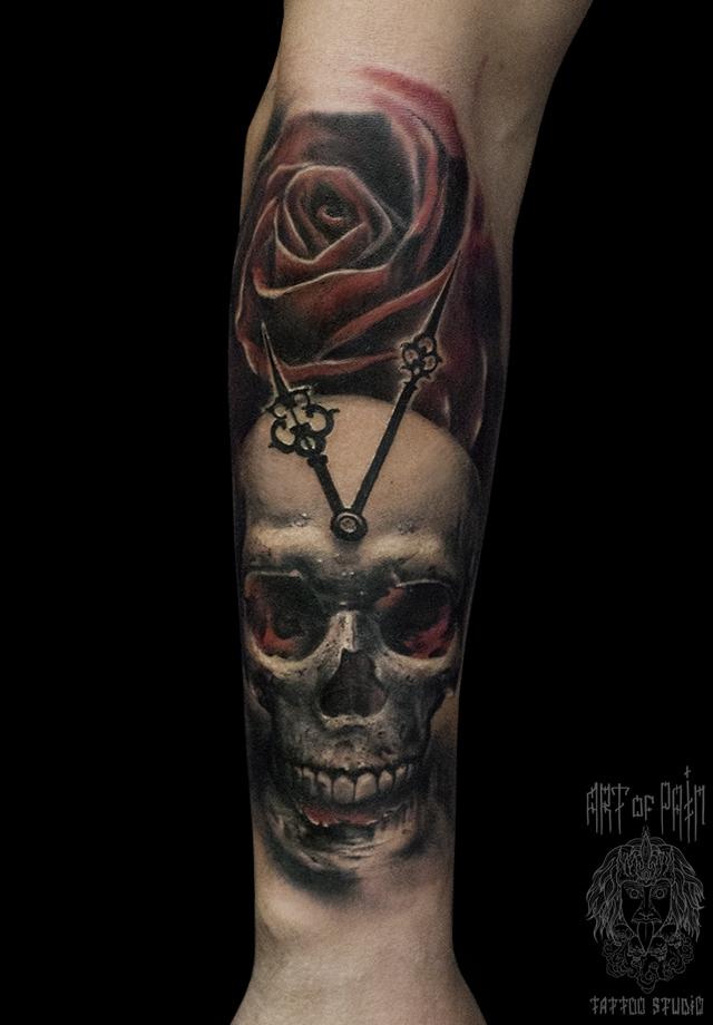 Татуировка мужская black&grey на предплечье череп и роза – Мастер тату: Слава Tech Lunatic