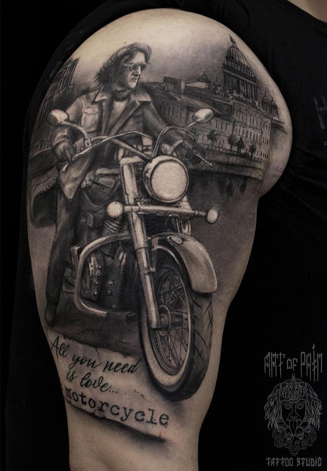 Татуировка мужская black&grey на плече на мотоцикле – Мастер тату: Слава Tech Lunatic