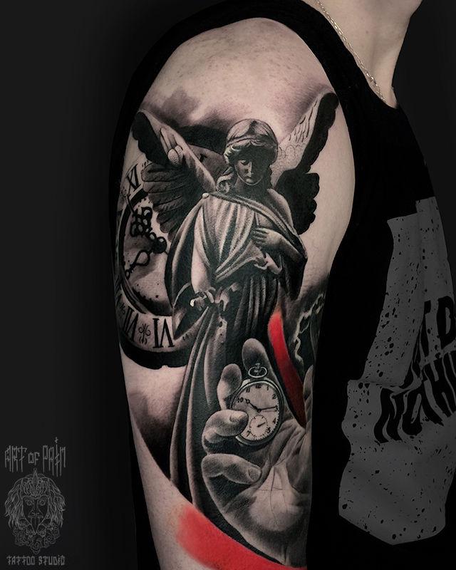 Татуировка мужская реализм на плече ангел, часы, рука – Мастер тату: Анастасия Юсупова