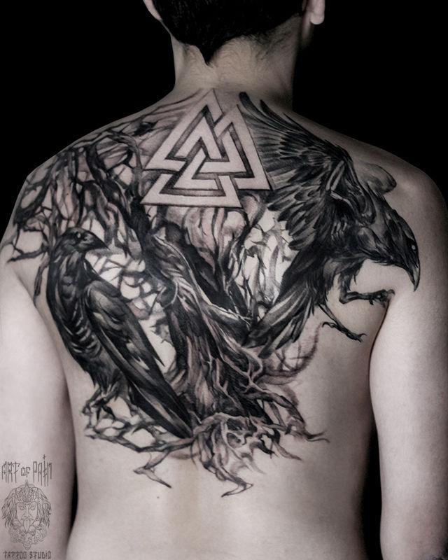 Татуировка мужская black&grey на спине вороны – Мастер тату: