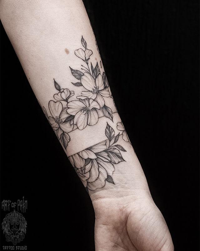 Татуировка женская графика на предплечье цветы и браслет – Мастер тату: Мария Котова