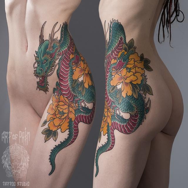 Татуировка женская Япония на боку дракон с цветами – Мастер тату: Ольга Добрякова