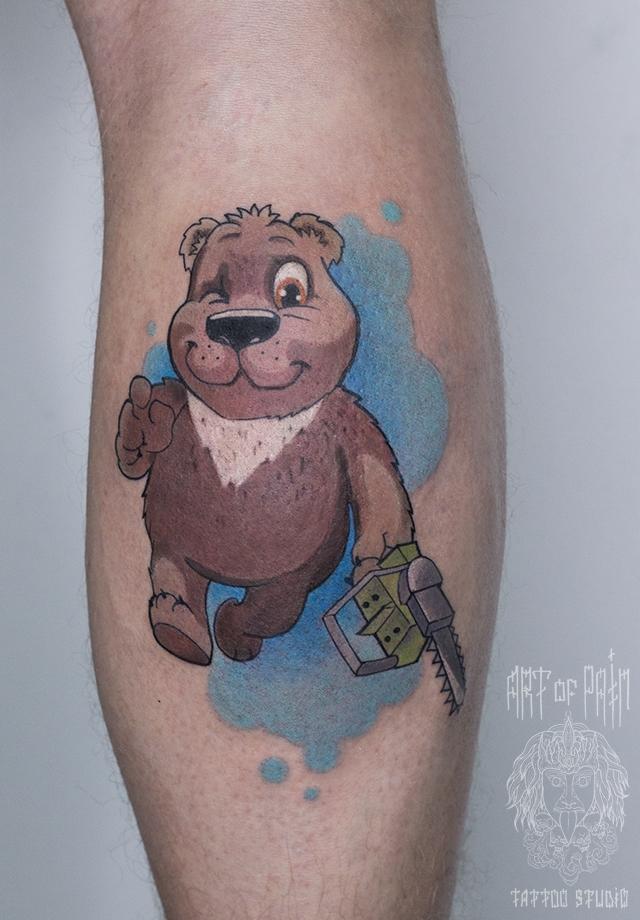 Татуировка мужская нью-скул на голени медведь с бензопилой – Мастер тату: Марк Грицевский