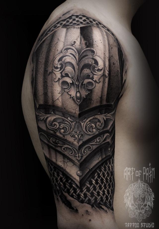 Татуировка мужская black&grey на плече латы и кольчуга – Мастер тату: Слава Tech Lunatic