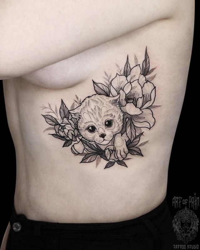 Татуировка женская графика на боку котенок в цветах – Мастер тату: