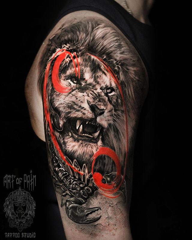 Татуировка мужская реализм на плече лев и скорпион – Мастер тату: Слава Tech Lunatic