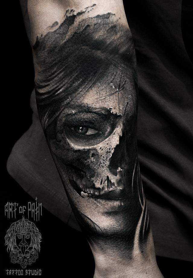Татуировка мужская black&grey на предплечье девушка и череп – Мастер тату: Слава Tech Lunatic