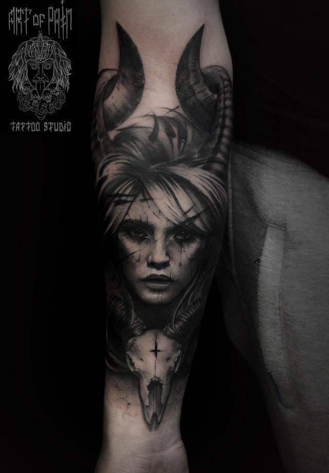 Татуировка мужская black&grey на предплечье девушка – Мастер тату: Слава Tech Lunatic