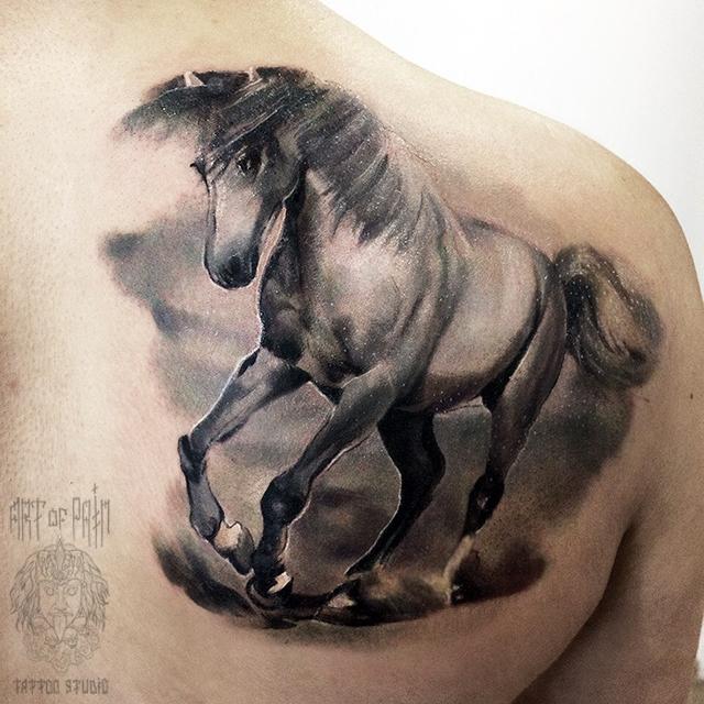 Татуировка мужская реализм на лопатке лошадь – Мастер тату: Анастасия Крохотная