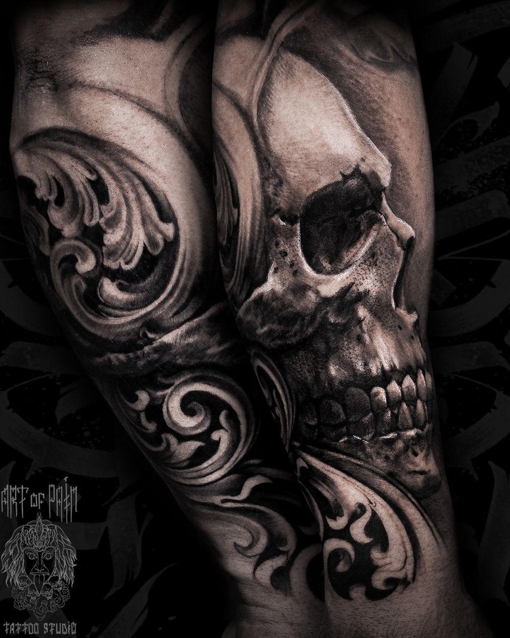 Татуировка мужская black&grey на предплечье череп и узоры – Мастер тату: Слава Tech Lunatic