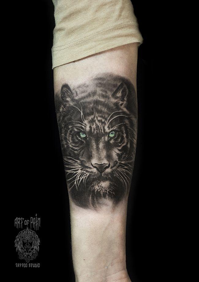 Татуировка мужская реализм на предплечье тигр с зелёными глазами – Мастер тату: Слава Tech Lunatic