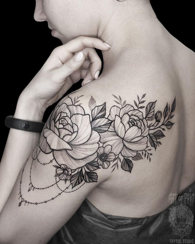 Татуировка женская графика на плече цветы и украшение – Мастер тату:
