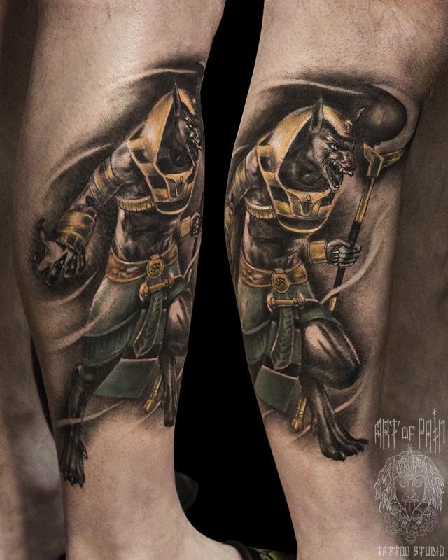 Татуировка мужская реализм на голени Анубис – Мастер тату: Слава Tech Lunatic