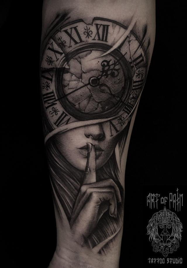 Татуировка мужская black&grey на предплечье девушка и старинные часы – Мастер тату: Слава Tech Lunatic