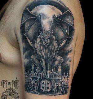 Татуировка химеры у парня на плече фото