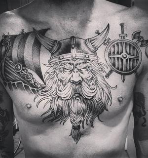 Тату в скандинавском стиле: рогатый шлем, ладья и щит