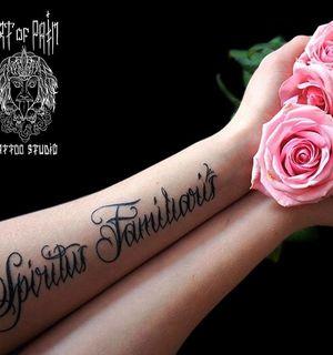 Татуировка на руке: каллиграфия на латыни